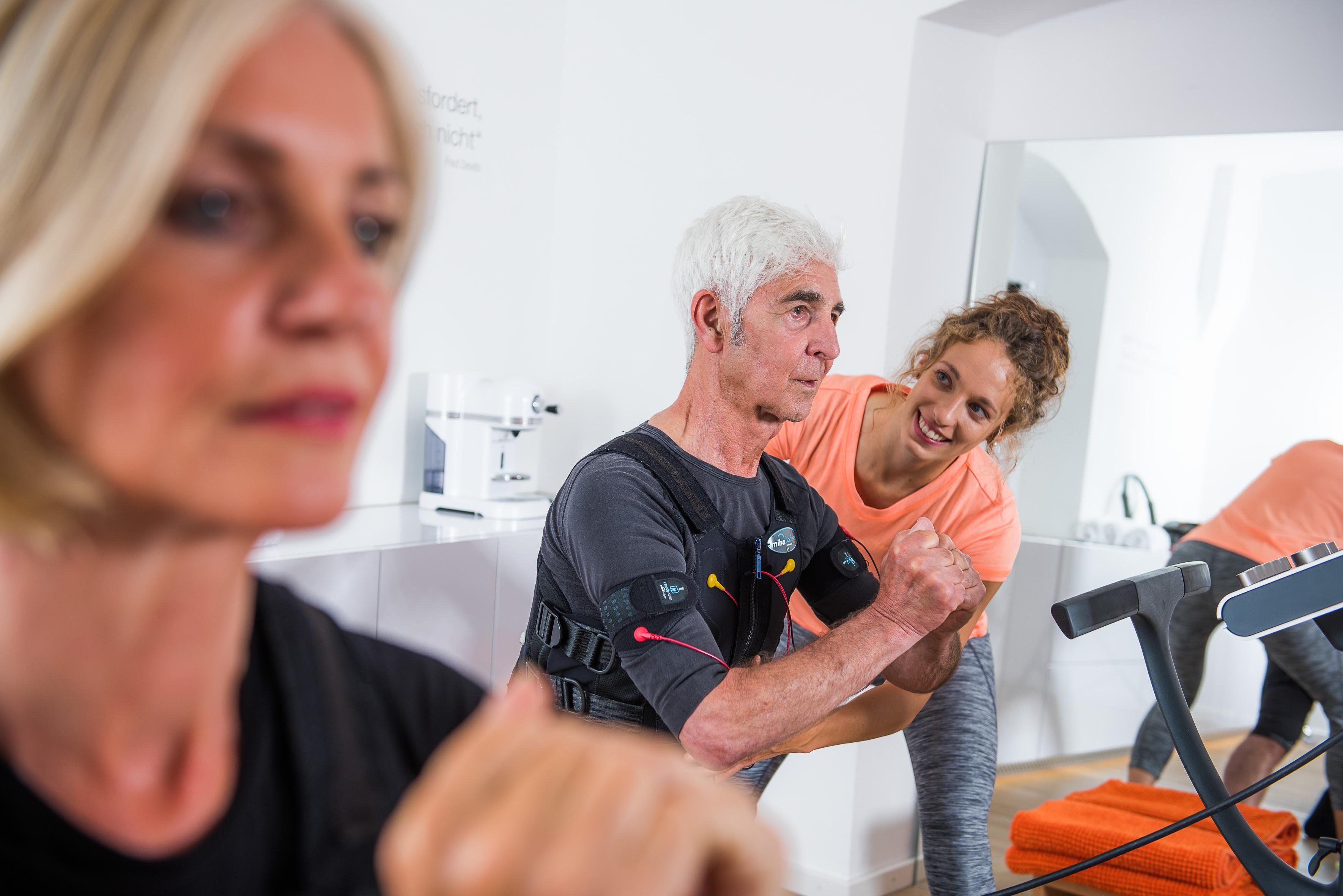 Individuell angeleitete Fitnessübungen, verstärkt und zeitsparend durch EMS Training